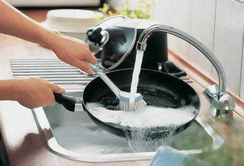 Мытье сковороды с антипригарным покрытием