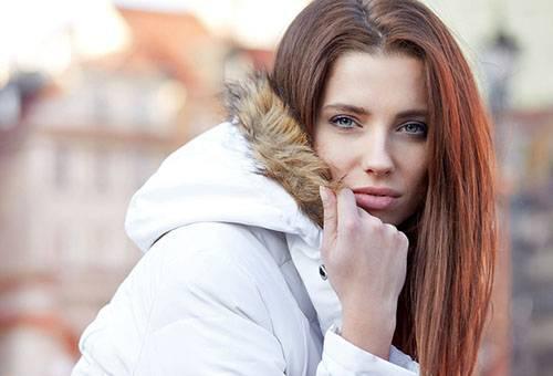 Девушка в белом пуховике