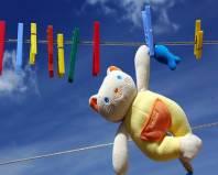 Сушка игрушечного кота на веревке