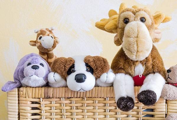 Мягкие игрушки в корзине
