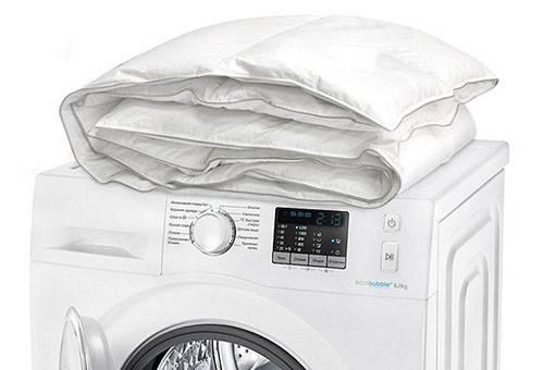 Стиральная машина и белое одеяло