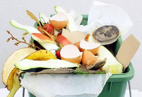 Переполненное мусорное ведро