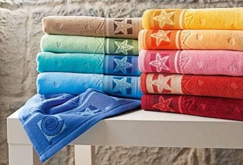 Разноцветные махровые полотенца