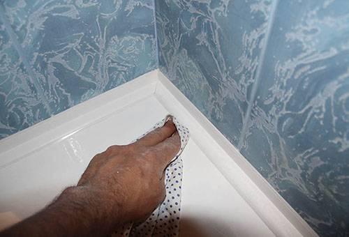 Удаление излишков силиконового герметика с ванны