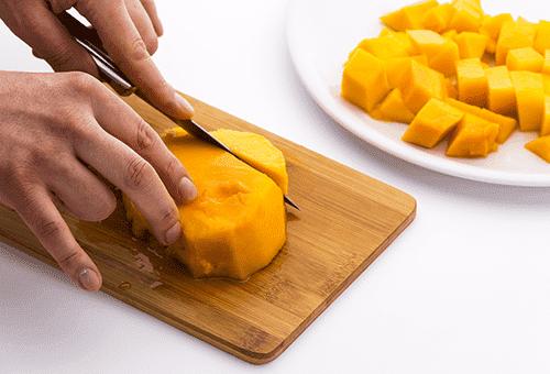 Нарезка манго кубиками для салата