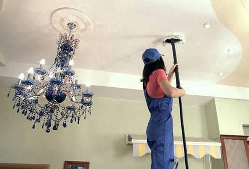 Сухая чистка натяжного потолка пылесосом