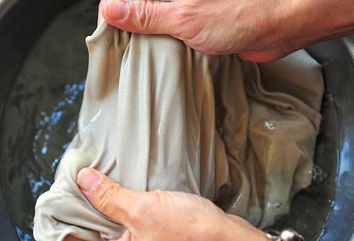 Полоскание юбки в крахмальном растворе