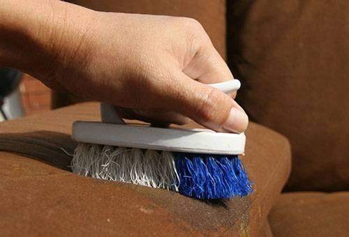 Удаление пятна с дивана щеткой