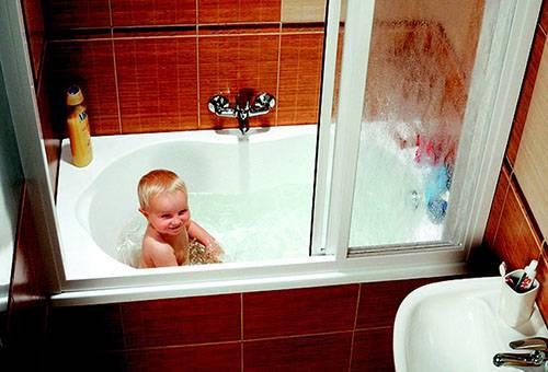 Ребенок в чистой ванне