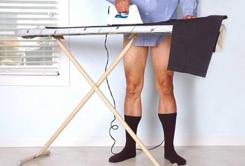 Мужчина гладит брюки