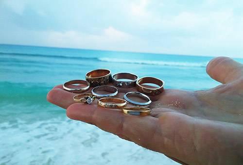 Золотые и серебряные кольца на ладони