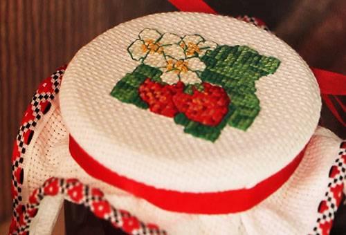 Канва с вышивкой крестом на маленьких пяльцах
