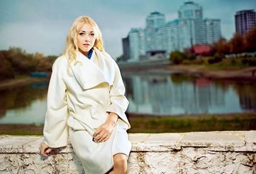 Женщина в белом кашемировом пальто