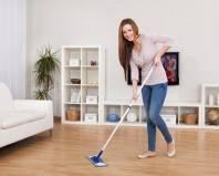 девушка чистит пол