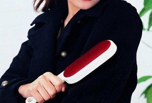 девушка чистит пальто