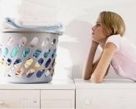 задуманная девушка на стиральной машине