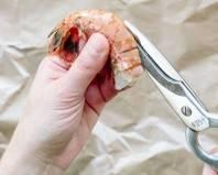 Чистка креветки с помощью ножниц