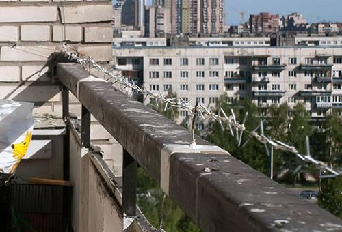 Колючее ограждение против голубей на балконе