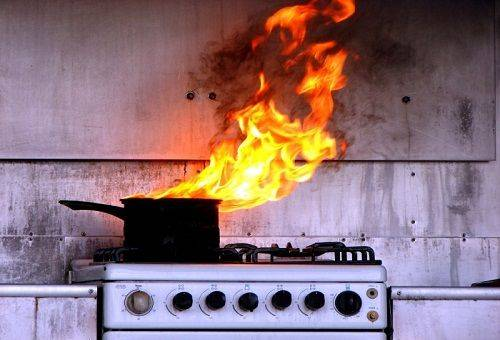 сгоревшая кастрюля с едой