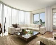 Легкие светлые шторы в гостиной