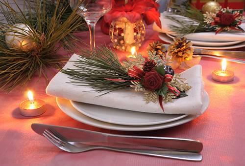 Сервировка новогоднего стола с белыми салфетками