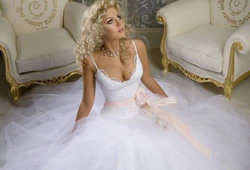 Девушка в свадебном платье