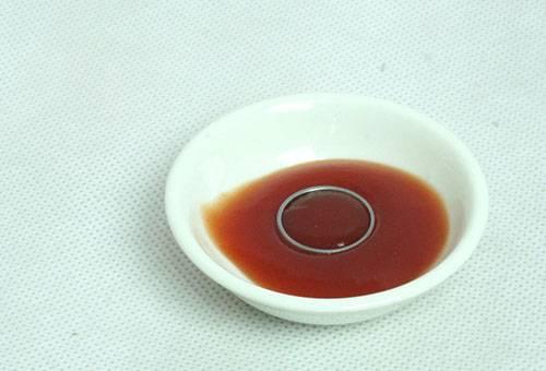 Чистка медного кольца кетчупом