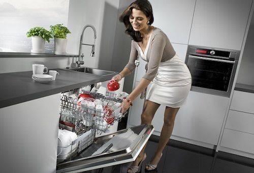 девушка посудомоечной машине