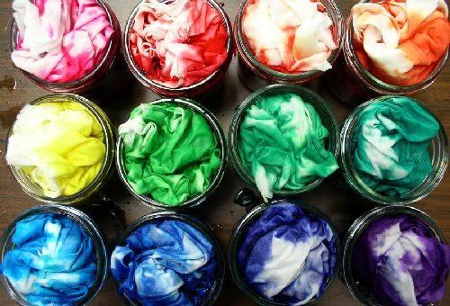 ткани в разноцветных красителях