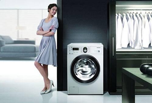 Девушка и новая стиральная машина