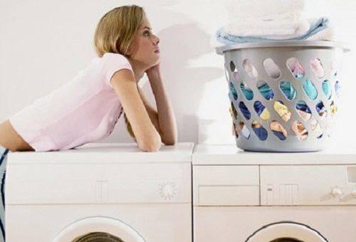 девушка и стиральные машины