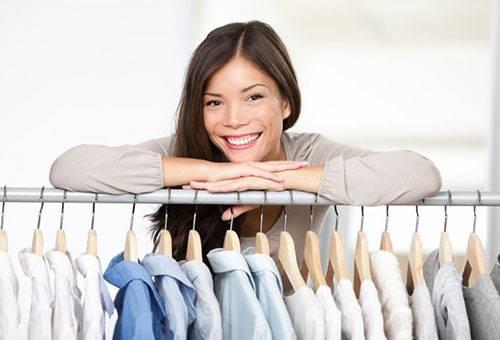 Девушка и отглаженные рубашки на плечиках