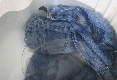 замоченные в воде джинсы