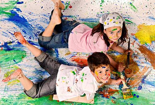 Дети испачкались в краске