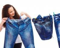 девушка вешает джинсы