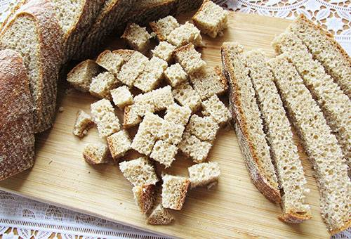 Нарезанный хлеб для сухарей