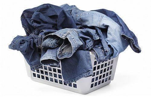 джинсы в корзине для белья