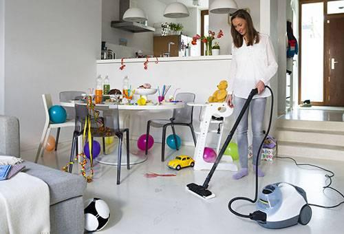 Женщина делает уборку с помощью пылесоса