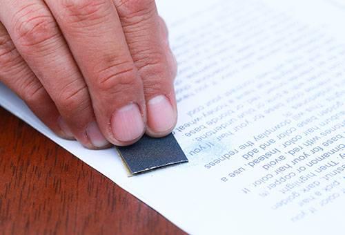 Удаление текста в бумаги наждачкой