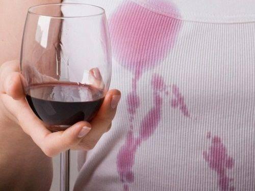 красное вино на майке