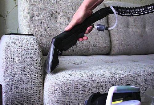 удаление пыли с дивана пылесосом