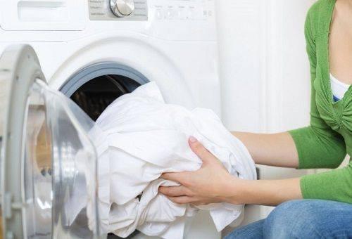 белое белье в стиральной машине