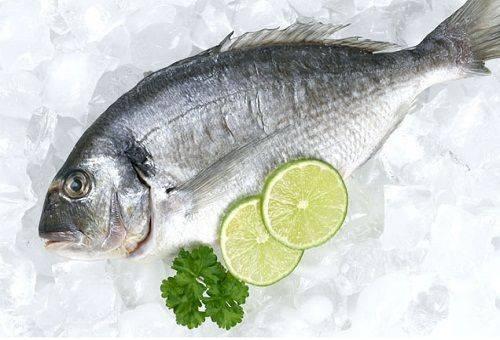 свежая рыба с лимонами