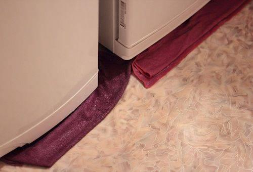 Течет вода из холодильника