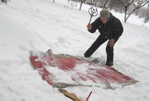 чистка ковра в снегу