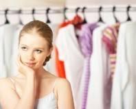 девушка у гардероба с одеждой