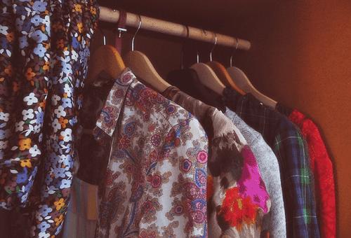 летняя одежда в шкафу
