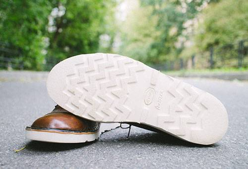 Ботинки с белой подошвой