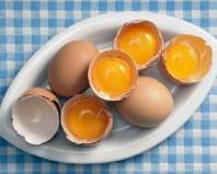 куриные яйца на тарелке