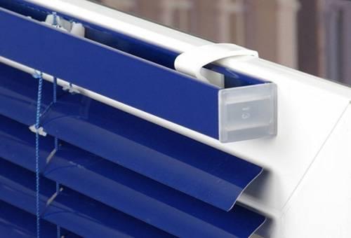 Как вешать жалюзи на пластиковые окна